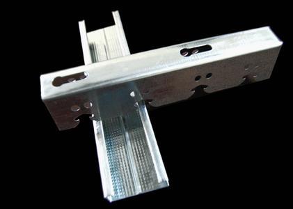吊顶宜用轻钢龙骨等金属防火材料