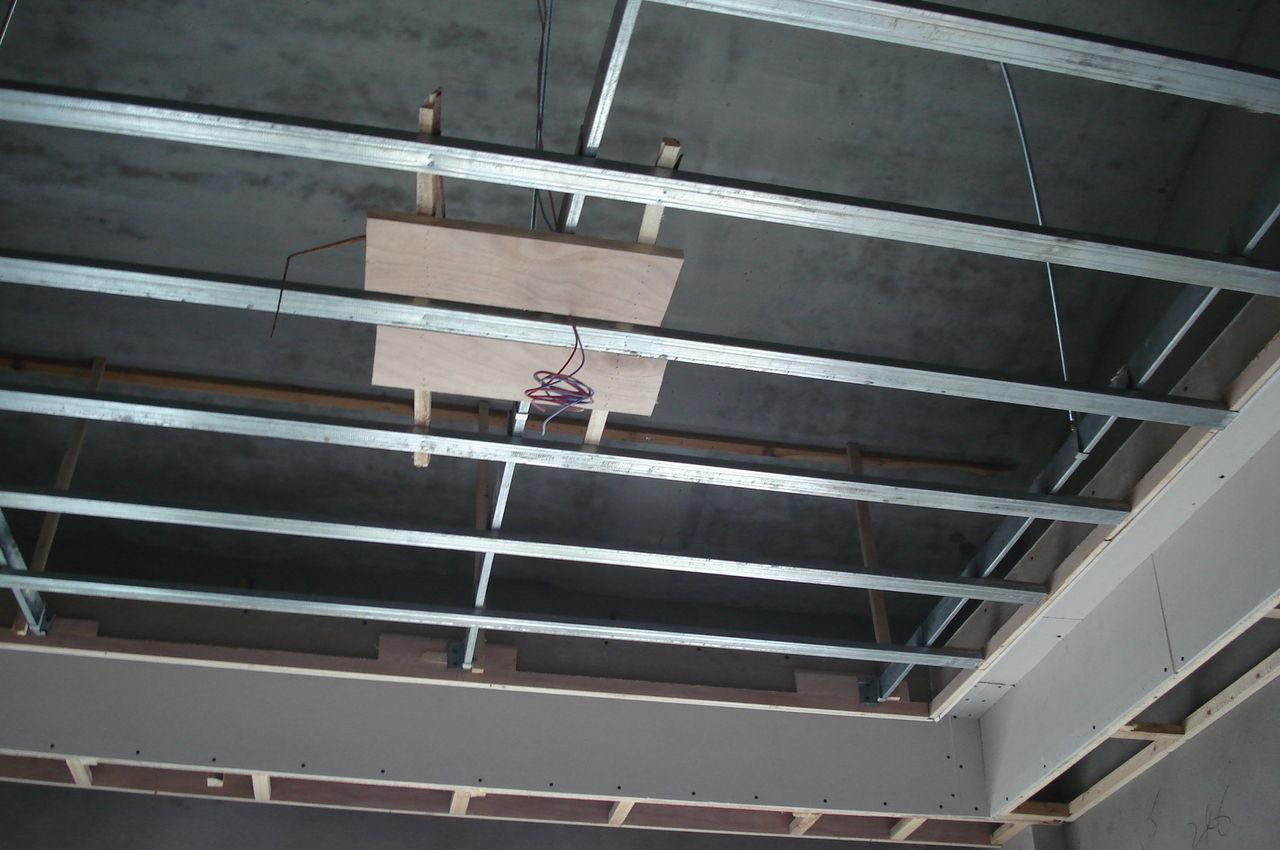 除了传统的木龙骨吊顶以外,有集成吊顶三角龙骨,轻钢龙骨吊顶.